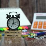 Budzik stojący na klockach z napisem Time to digital marketing.